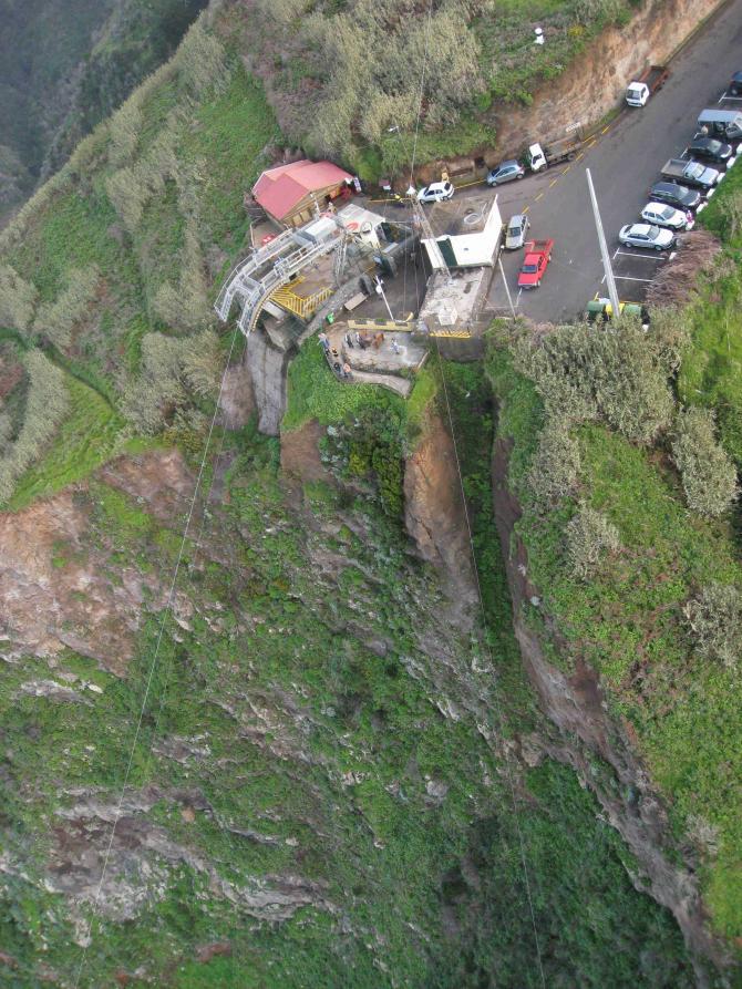 die Seilbahnstation mit Bar und Aussichtspunkt bei Achadas da Cruz/Madeira, Personen- und Transportseil laufen nicht parallel, Achtung bei Vorbeiflug und speziell unten am Landeplatz