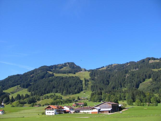 Fluggebiet der Hörnerbahn. Mittelstation Startplatz Ornach von Flupschulen meistens genutzt. Oben rechts Startplatz Weiherkopf.