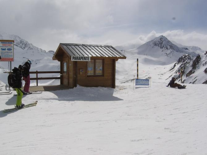 Der Meeting-Point , die Hütte der professionellen Tandem-Piloten. Hier gibts auch Infos für Gäste, siehe auch die Info-Tafel