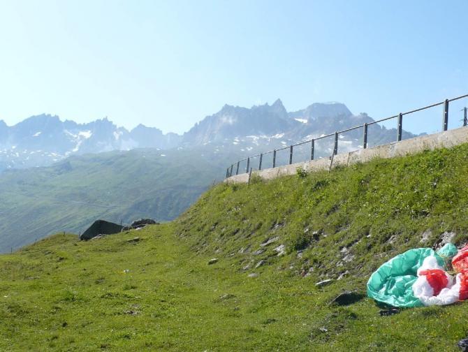 Landung in Tiefenbach neben der Straße - im Hintergrund der vergletscherte Gipfel ist der Galenstock