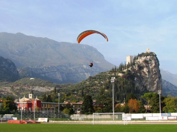 Landung im Fussballstadion (Im Hintergrund die Burg von Arco)