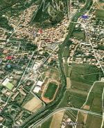 Paragliding Fluggebiet Europa » Italien » Trentino-Südtirol,Monte Stivo bei Arco,Auf dem Bild ist der Landeplatz Fussballfeld gut sichtbar. Bitte vor dem Flug abklären, ob Fussball gespielt wird.