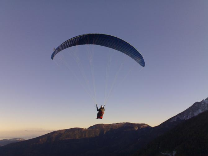 Man kann auch beim Almreserlhaus bei SO Wind starten. Höhenunterschied nur ca. 400 m und kein Hochalpines Gelände. Am Wochenende ganzjährig und im Winter täglicher Sesselliftbetrieb zum Startplatz