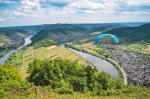 Paragliding Fluggebiet Europa » Deutschland » Rheinland-Pfalz,Bremm Calmont Hangstartgelände,Blick vom Startplatz auf die Moselschleife.  Bild: www.openeyephoto.de