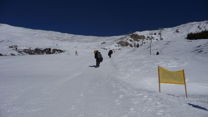 Startplatz im Winter bei der Mittelstation Steinegg. Einige Meter bergauf - am Rand der Piste Schirm auslegen.