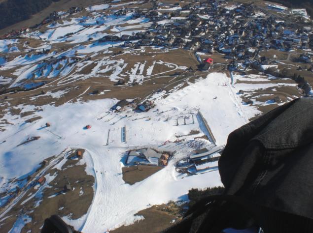 """Der Landeplatz ist im Winter so gestaltet. In der Mittelstation zwischen Fiss und Ladis haben sie ein Restaurant erbaut und der Landeplatz ist links oben von """"Bertas Kinderland"""". Also grad drüber von der runden roten Hütte die einzeln im grossen Schneefeld steht."""