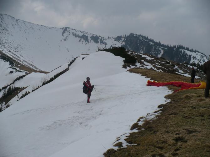 Start nach Ost auf Schnee. Im Sommer hier steiler Wiesenabbruch!