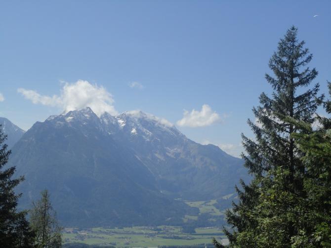Im Aufstieg, Blick zum Göll (Paragleiter rechts oben!)