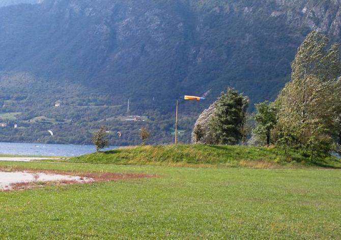 Viel zu spät zum Landen!!! Der Talwind bläst mit ca. 25-35 km/h über den Landeplatz (zur Freude der Kitesurfer)
