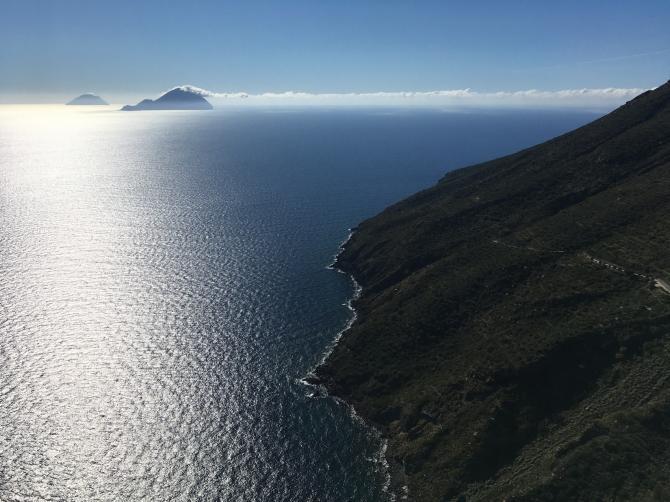Küste westlich Rinella. Hinten die Inseln Filicudi und Alicudi.