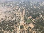 Paragliding Fluggebiet Europa » Griechenland » Inseln,Kreta (White Mountains - Levka Ori),Anopoli im Anflug. Auf dem braunroten Feld in Bildmitte, rechts der Strasse, bin ich jeweils gelandet...