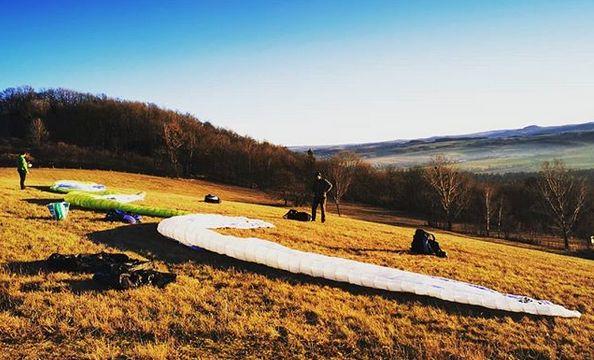 Flugsaison-Start am ca. 70m-Übungshang am 2.1.20 nachmittags mit Ralph, Jörg u. Tobi(fotografiert). Im Hintergrund der Vulkanberg Wilisch nahe Hermsdorf(Glashütte)