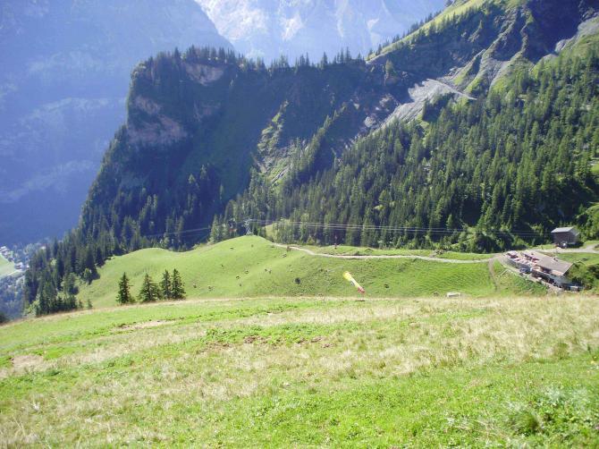 Blick vom Startplatz zu Ryharts. Unten die Bergstation und das Restaurant.