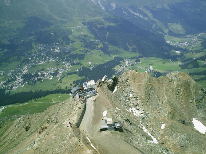 Parpaner Rothorn nach dem Start. Gleich nach dem Start ging es hoch mit  3.8m/s bis auf 3015müM. Anschliessend ging ich auf Strecke Richtung Nord bis nach Trimmis (637m.ü.M.) Foto vom 01.07.2007