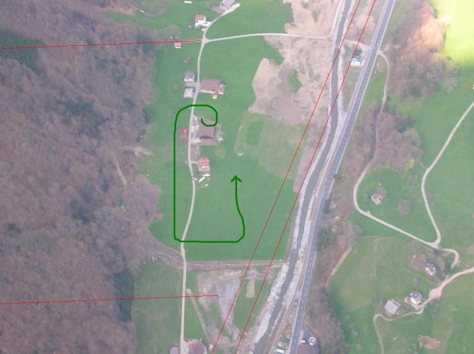 Landeplatz Büelen. Landeanflug: Grün. Seile: Rot.