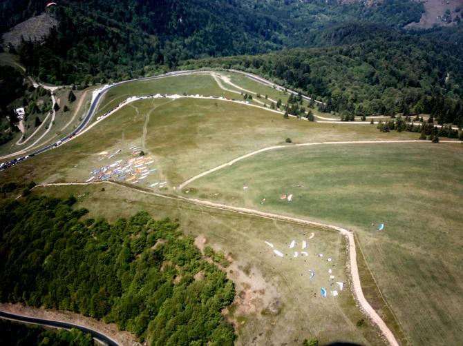 Blick von Süden her über die beiden Startplätze am Col du Treh (Le Markstein).Vorne der Süd und im Mittelgrund der Hauptstartplatz Süd West / West.