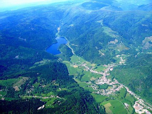 Blick über das Tal und Kruth sowie auf den Stausee mit Campingplatz. Foto: Harald Möglich
