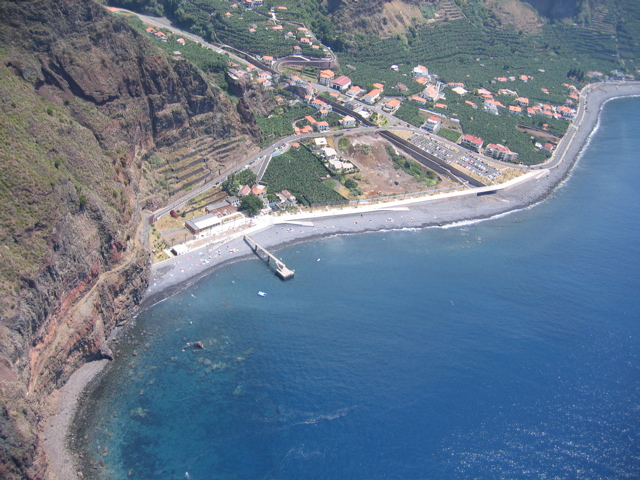 der Praia in Madalena do Mar, ca. 300m lang und über 20m breit, plus die Promenade allerdings weniger als 10m breit, dank Kiesstrand auch nur sehr selten mit Badegästen belegt